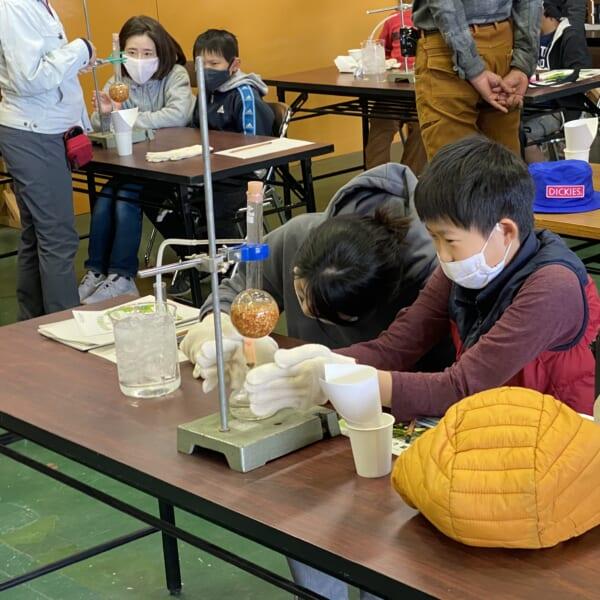 蒸留実験で樟脳の抽出を見守る